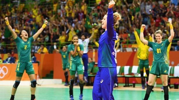 Após enlouquecer torcida, goleira do Brasil diz: 'Deu vontade de chorar' - http://es.pn/2avumZb