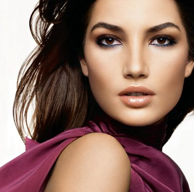 Love the neutral lips with a small pop of color in the eyeliner! Great look for the fall season!
