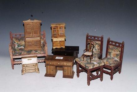 mobiletti da bambole in legno  comprendente una scrivania, una credenza una libreria, un cassettone, una ribalta e un divanetto con tre sedie