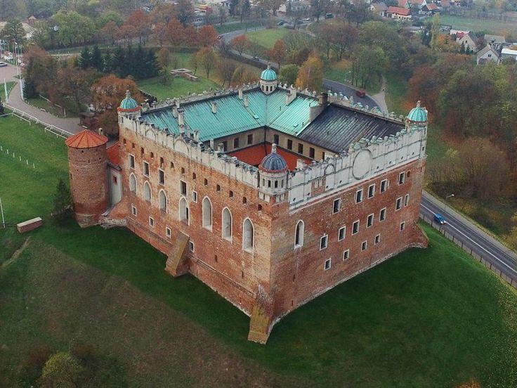 Zamek krzyżacki w Golubiu Dobrzyniu. Historia jego sięga lat 1300 - 1311, kiedy to na miejscu drewnianego grodu  wzniesiono mur obwodowy zamku górnego oraz dwa skrzydła (zachodnie i południowe) na siedzibę komtura krzyżackiego - pruskiego mistrza krajowego Konrada Sacka.  Obecnie mieści się tu muzeum, hotel i restauracja.