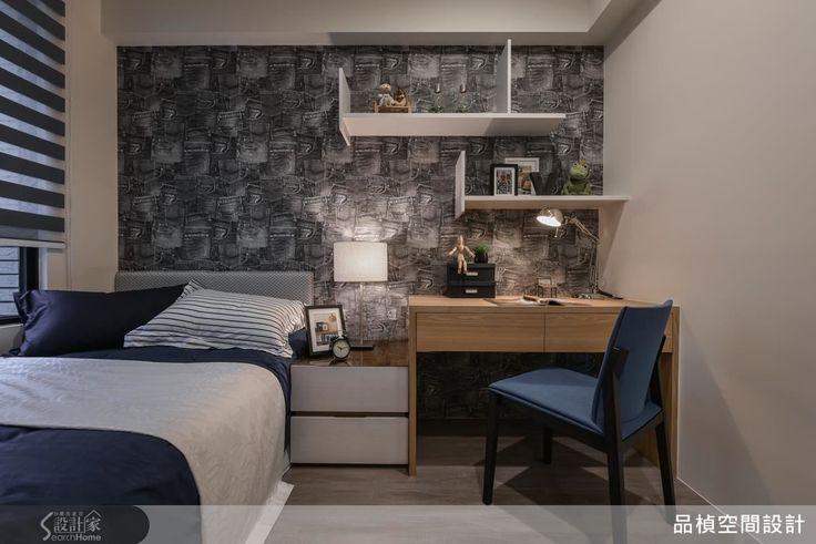 小孩房樑下建構衣櫥,書桌與懸嵌式錯層書架,應用跨年齡級距的多層次中性藍鋪陳,營造沉穩既活潑個性。