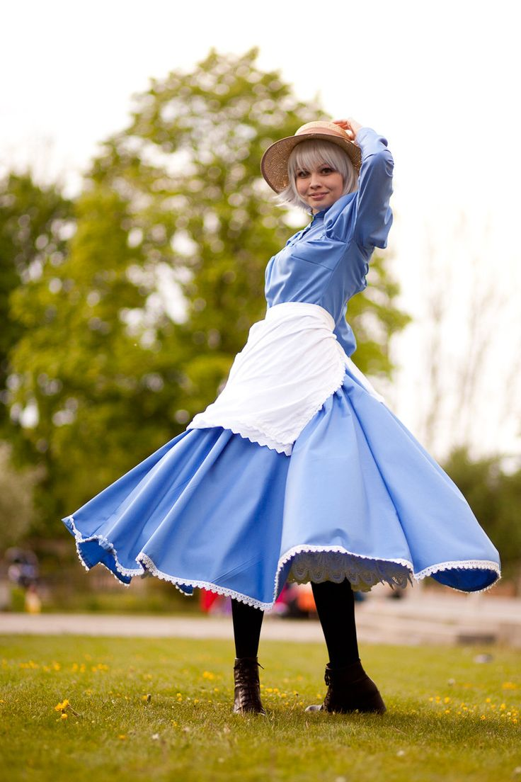 Howl's Moving Castle Cosplay @Liz Brubaker I'm confused as to which way her legs are actually going...
