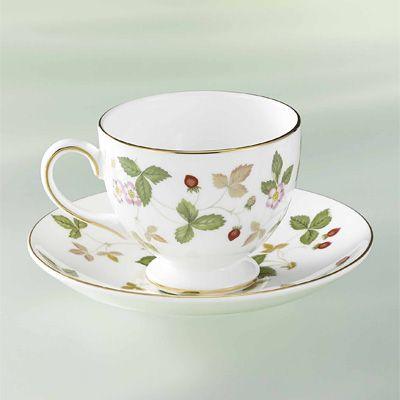 ヨーロッパの陶磁器メーカーウエッジウッドのコーヒーカップ。日本の陶磁器よりも細身のフォルムに感じる。