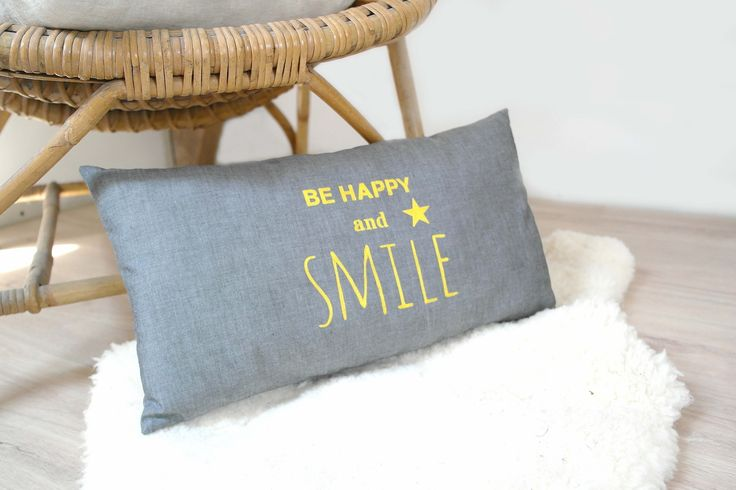"""Coussin typographie """"Be happy and smile"""" de couleur bleu-gris avec inscription jaune : Textiles et tapis par 3-pommes-dans-un-panier"""