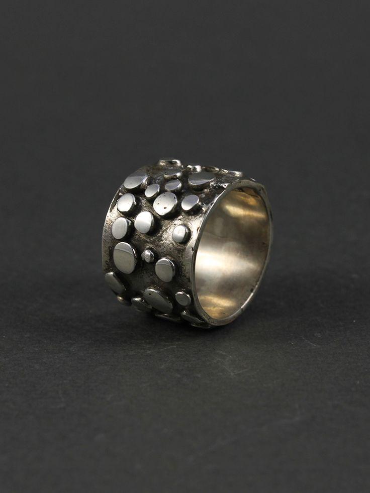 Anillo de plata hombre con círculos en relieve 22 gramos. Disponible en nuestra tienda online www.almabrava.cl