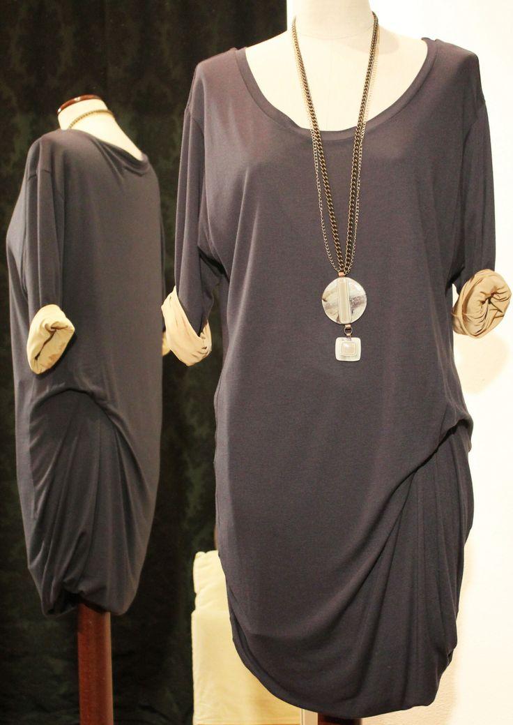 Maxi blusa in Jersey doppiato antracite/beige con scollo ampio MM MARGIELA, collana con ciondolo vogue color marmo VETROFUSO.