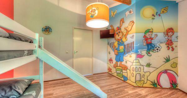 Comfort 5K  Gerestylede bungalow voor 4 personen en een baby of peuter. Deze bungalow is kindvriendelijk ingericht met onder andere een ledikant babybadje kinderstoel en een box. De woning heeft een gezellige woonkamer met een zithoek en smart-tv. De open keuken is voorzien van een vaatwasser koelkast met intern vriesvak combimagnetron en filterkoffiezetapparaat. Er zijn in totaal 2 slaapkamers: 1 met 2 eenpersoonsbedden en een kinderledikant en 1 in Koos Konijn-stijl met stapelbed en…