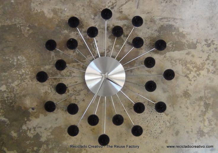 Wall Clock with recycled Dolce Gusto coffee capsules - Reloj de pared con cápsulas de café Dolce Gusto