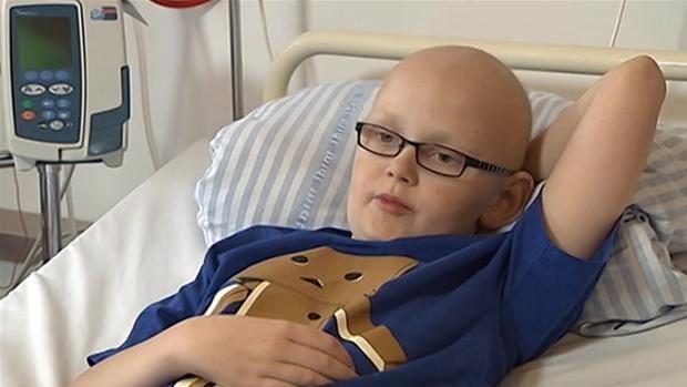 VIDEO Klassisk musik hjælper kræftramte Tobias på 12 år af med smerterne  Ny forskning viser, at kræftramte børn har gavn af klassisk musik, som kan mindske både smerter og kvalme. [danska!]