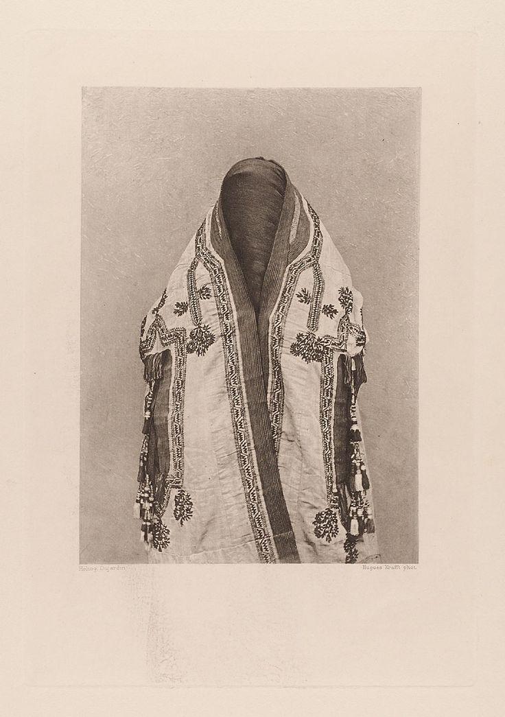 """Dujardin, Hugues Krafft, Hachette & Cie.   """"Une femme revêtue de son manteau et de son voile"""", aus dem Buch """"A travers le Turkestan Russe""""   Museum für Kunst und Gewerbe Hamburg   1902"""
