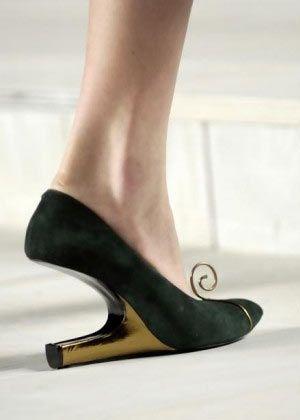 zapatos raros y extravagantes. Zapatos de mujer con el tacón alreves