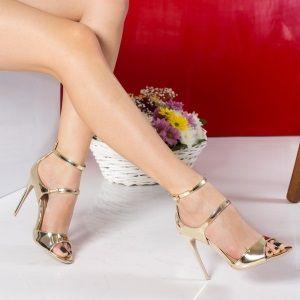 Sandale cu toc Ieftine la Super pret . Daca vei purta sandale cu toc, vei fi mereu remarcata si de femei dar mai ales de barbati. :) De cate ori nu li s-a intamplat domnilor aflati in timpul unor discutii interesante sa taca si sa-si indrepte privirea ;) in directia zgomotului facut de tocurile sandalelor unei doamne sau domnisoare ?