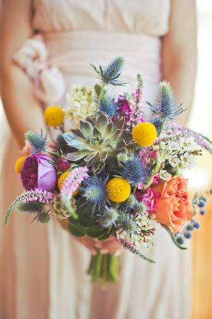 In meinen Brautstrauß müssen Craspedia, dies gelben, weil im Verlobungsring such so wine Blüte sitzt!!! how incredible is this bouquet full of blue thistle, succulents, and billy buttons? // flowers by NaturalFlair.net // photo by OrangeTurtlePhotography.com