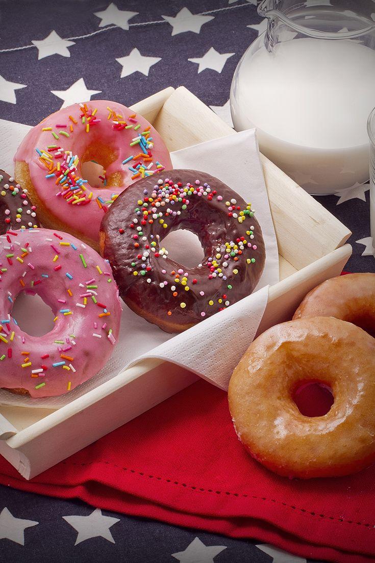 Se conoscete i #Simpson avete bene in mente #Homer papparsi con gusto le mitiche #donuts! Queste #ciambelle #fritte sono morbide e saporite e non possono essere separate dall'abbondante #glassa di #zucchero che dona loro un colore acceso! Come tocco finale e irresistibile, la #granella!! #ricetta #GialloZafferano #americanrecipe #ExpoMilano2015