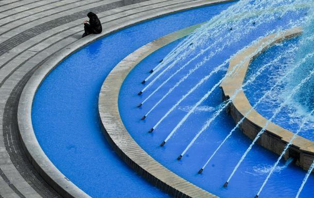 Giornata mondiale per la Consapevolezza dell'autismo. In piazza De Ferrari, a #Genova, la fontana si colora di blu.
