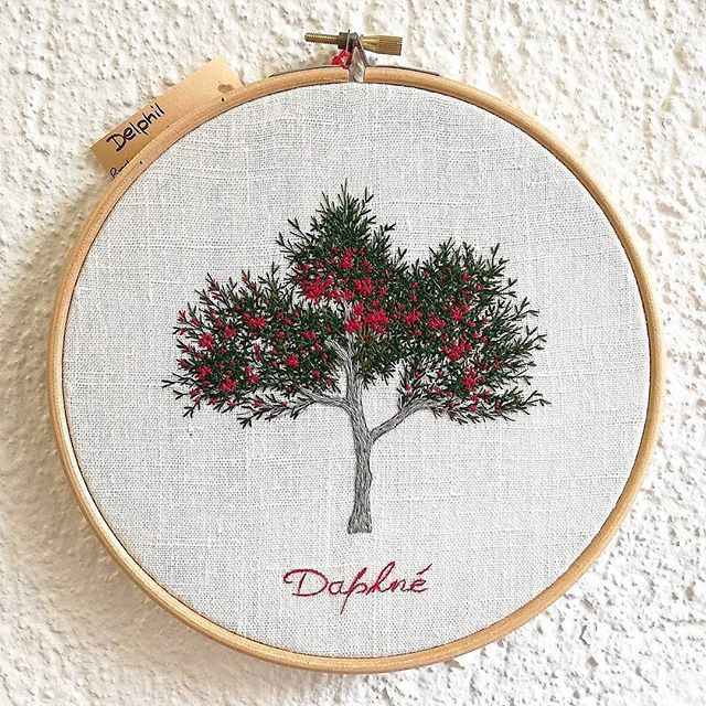 Commande personnalisée ❤ . #tatoueusedetissu #delphil . . . . . #laurier #fleurs #flowers #detail #arbre #greenlife #tree #nature #hoop #hoopart #hoopembroidery #draw #dessin #handembroidery #embroidery #embroideryart #broderie #broderiemain #handmade #faitmain #brodeuse #stitching #embroidered #madeinfrance #modernembroidery #contemporaryembroidery #embroideryinstaguild #embroiderylove