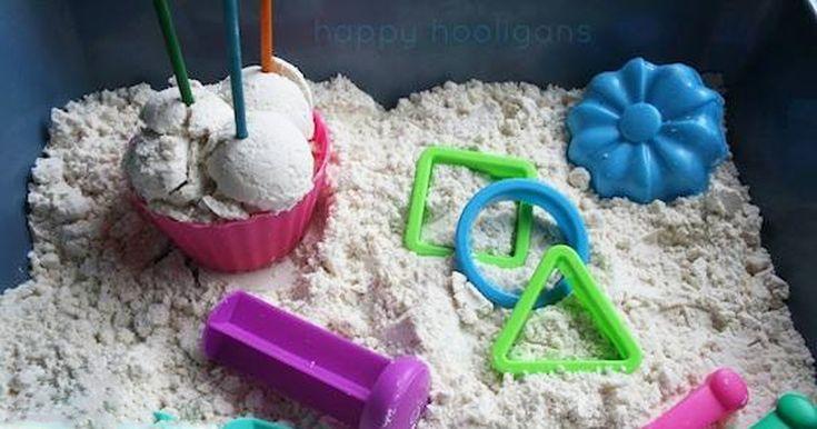Vyrobte si ze dvou ingrediencí měsíční písek, který je neuvěřitelně příjemný na ruce a navíc podporuje dětskou tvořivost a kreativitu. V uzavřené nádobě vydrží až měsíc. Potřebujeme  1 hrnek dětského olejíčku 8 hrnků mouky (doporučujeme hladkou mouku) formičky a bábovičky  Můžete udělat i