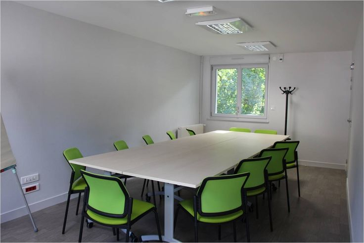 Salle de réunion a clamecy, située à proximité du centre-ville de Clamecy (Département de la Nièvre, Région Bourgogne Franche-Comté), un accès de 8h30 à 12h30 et de 13h30 à 17h30 ou libre avec badge sécurisé