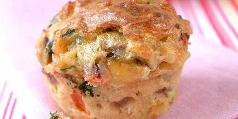 Muffins med ost og grønnsaker - Grovt mel gjør disse muffinsene mer næringsrike. Tilsett gjerne litt oregano eller pizzakrydder i røren, for smakens skyld.