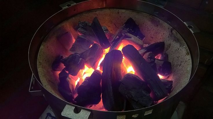 Een kolenvuur is binnen 15 minuten heet in de Mbaula Green! Dit Zuid-Afrikaanse product is compact,handig en veelzijdig. Geschikt voor grillen, koken en bakken in tal van situaties! Te koop op: www.onsgaanbraai.nl en bij Die Spens in Amersfoort! #braai #barbecue #bbq #mbaulagreen #onsgaanbraai #camping #kamperen #outdoor #outdoorcooking #buitenkoken #buitenleven