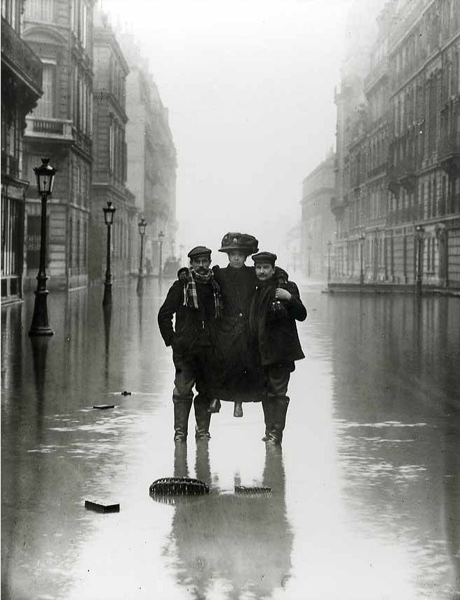 Madame et ses Porteurs, rue de Solférino, Paris by the Seeberger Brothers, circa 1910