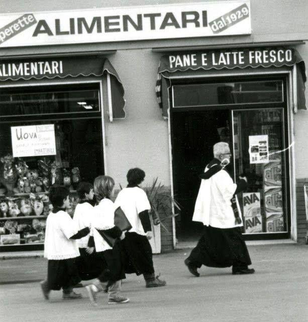 il Parroco con i chierichetti andava a benedire le case e i negozi.
