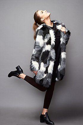 Natalia Sánchez con abrigo de A Collection, vestido de Lolitas&L y botines @klingloves.