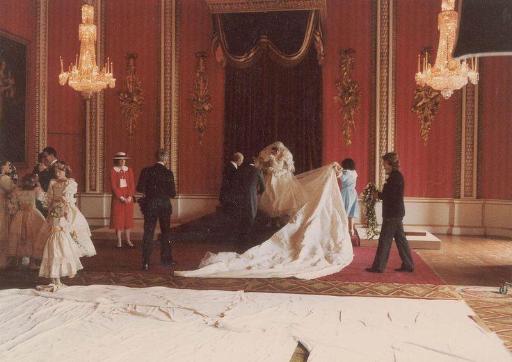 Prinzessin Diana: Prinzessin Dianas Brautkleid von der Designerin Elizabeth Emanuel wird für ein offizielles Hochzeitsfoto drapiert. Dafür musste die acht Meter lange Schleppe aus englische Seide in Position gebracht werden