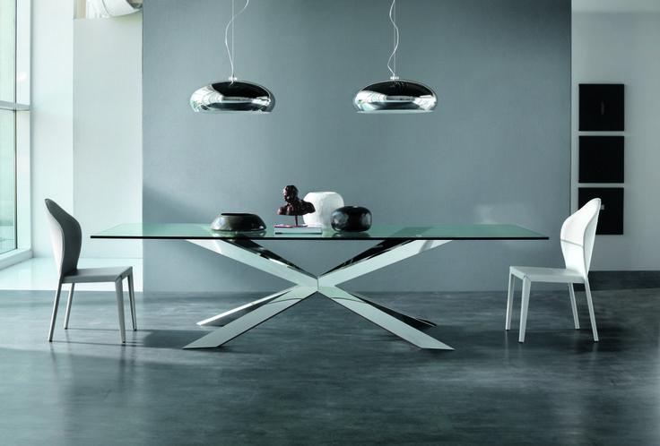 Il tavolo Spyder, disegnato da Philip Jackson per Cattelan Italia, con base incrociata in acciaio inox lucido e piano in cristallo, rappresenta l'unione perfetta di elementi di per sé diversi, formando un oggetto unico e di gran valore.