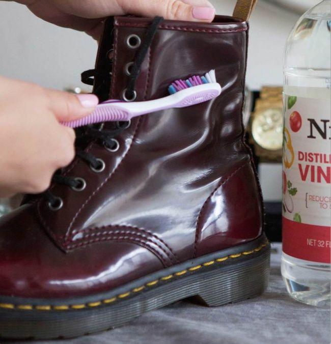 Pour enlever les saletés ou les taches imprégnées sur les chaussures en cuir, il suffit de brosser la zone tachée avec une brosse à dents trempée d'eau et de vinaigre (proportion 2/1).