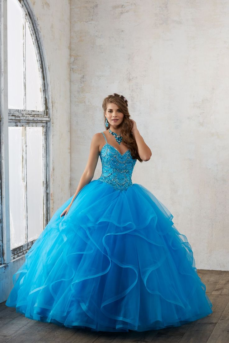 Balowa suknia VIZCAYA z falbanami, na ramiączka Subtelnie zdobione koralikami ramiączka i biżuteryjny gorset. Tiulowa spódnica, warstwowa z falbanami. Połączenie …