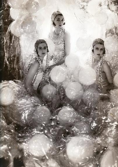 Edward Steichen 1932 - pretty ladies and balloons in cellophane