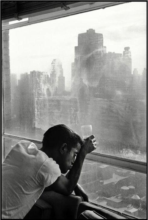"""Burt Glinn, Sammy Davis Jr, Nowy Jork 1959 """"Alkohol daje nieskończoną cierpliwość dla głupoty"""". Sammy Davis Jr."""