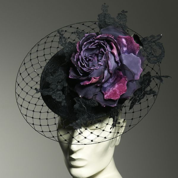 Da Lady Gaga a Kate Middleton, i cappelli Philip Treacy fanno il giro del mondo. Tra arte, simbolismo, raffinatezza essenziale ed eccentricità del genio.