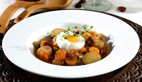 Patatas guisadas con tomates secos y huevos escalfados