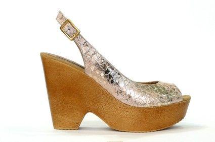 Sandalia cuña casual de la marca doralatina, piel grabada platino/rosa, cierre tira con hebilla. Cuña ultraligera en color natural