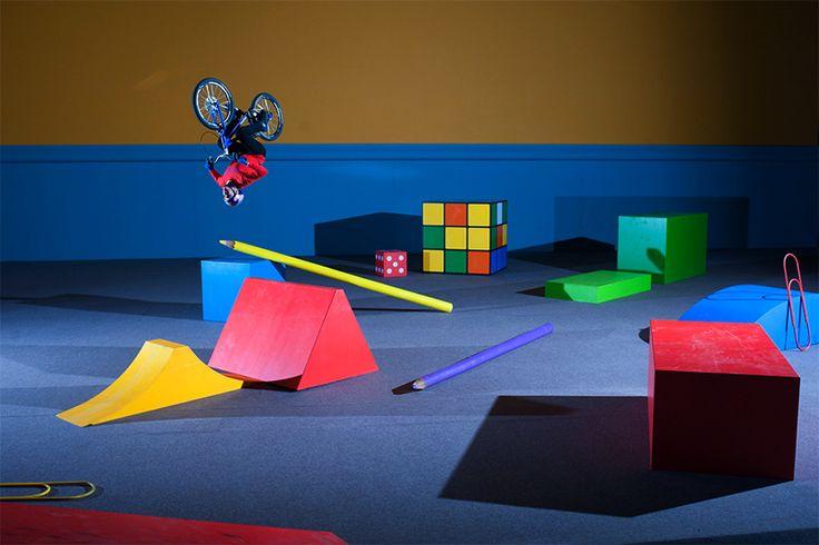 Ровно два года ушло у известного мастера велотриала Danny MacAskill на создание новой видео работы с забавной постановкой. В видео детская комната маленького мальчика, оживает и все игрушки становятся полноразмерными, перенося нас в другой мир, мир ярких красок, геометрических фигур, карандашей и игрушечной железной дороги. Все это становится отличным полигоном для испытаний навыков и эффектного акробатического преодоления разнообразных игрушечных препятствий. Оригинальная постановка и…