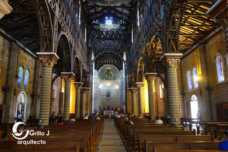 Catedral de Nuestra Señora de la Pobreza. Presenta una sola planta alargada de tipo basilical con una nave central y dos laterales con varias capillas
