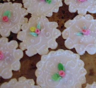 PASTISSUS  Dolci tipici e particolarmente elaborati, si presentano come dei cestinetti tondi, ovali, romboidali, ecc., di dimensioni variabili dai 5-6 cm. di diametro, agli 8x4 cm. per le altre forme. Sono costituiti da una sottilissima sfoglia, ripiena di un soffice pan di spagna alle mandorle, la superficie ricoperta di uno strato di glassa reale, viene decorata con delicati fiori di zucchero foggiati a mano, variopinti o bianchi, abbellita con scritte o ricami di glassa bianca o dorata, o…