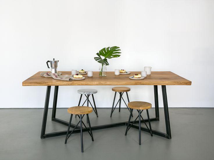 Massivholztisch aus europäischer Eiche und einem Stahlgestell handgefertigt im Berliner Studio von NUTSANDWOODS. Das Holz wird mehrfach geschliffen und mit einem Bio-Öl veredelt.