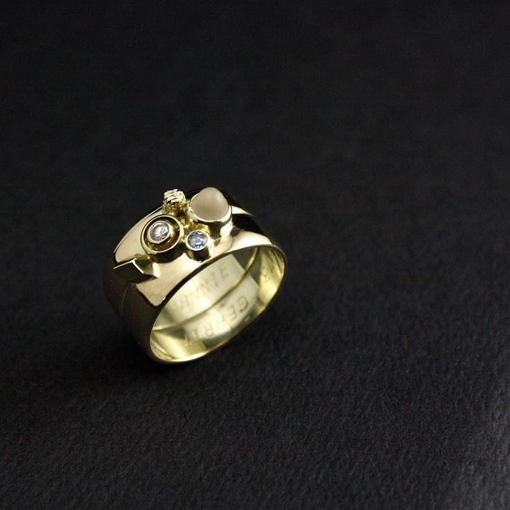 Het Eindresultaat van een Gouden Damesring met ornamenten en Topaas - Diamant en Bergkristal. Vervaardigd van 2x trouwringen. Bekijk/Lees hier het proces/verhaal achter deze geweldige ring die ik voor deze vrouw heb mogen vervaardigen. #goudsmidmetpassie #herdenkingssieraden #herinneringssieraden
