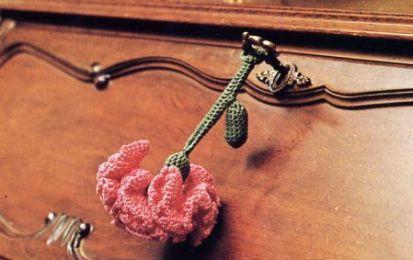 Schemi uncinetto: un garofano rosso come portachiavi - Unche una chiave può essere una buona scusa per dare vita ad un accessorio che doni colore alla stanza. Nel nostro caso abbiamo creato un portachiavi interamente realizzato ad uncinetto: un garofano rosso.