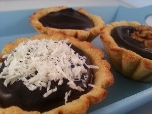 <p>*Heb je geen cacaoboter dan kun je natuurlijk ook kokosolie gebruiken. De vulling wordt dan iets minder stevig en je kunt dan de taartjes het beste meteen vanuit de koelkast serveren. De cacaoboter geeft wel een heerlijke volle smaak aan de vulling dus kom je het een keer tegen is het zeker de moeite waard […]</p>