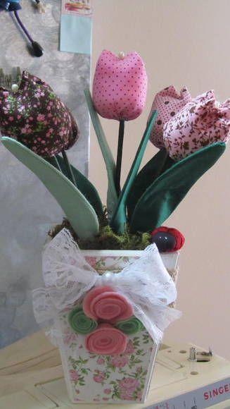 Você esta procurando um presente diferente? Esse vaso de tulipas, é um aromatizador de ambiente, além de decorar um cantinho especial de sua casa vai perfumar e tornar sua casa em um ambiente aconchegante e delicado.  O vaso é de MDF usando a tecnica de decoupage e as tulipas feitas em tecido de algodão e aromatizadas com  o perfume de sua preferência.  Muitas opções de cores, é embalada com muito bom gosto!!! R$ 45,00