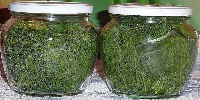 A kapor sajnos csak nyáron terem, viszonylag kevés ideig érhető el frissen ez az aromás fűszernövény. Hogy a többi évszakban se kelljen a tasakos kaprokra fanyalodnunk, itt a megoldás! Szerezzünk be nagyobb mennyiségben kaprot, akár kiskertünkből, akár termelőtől. Sterilizáljunk egy pár befőttesüveget és mossuk meg alaposan a kaprot. Töröljük szárazra[...]