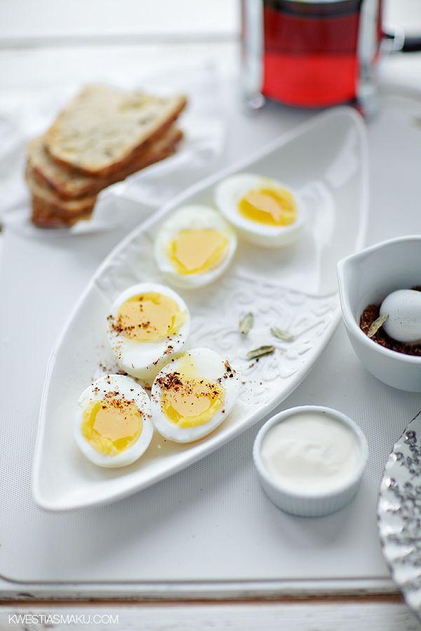 Jajka z przyprawami  Jajka z aromatyczną mieszanką przypraw i ziół. Podane z i majonezem jogurtowym.