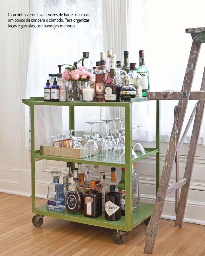 Uma sala de jantar cheia de ideias. Veja: https://www.casadevalentina.com.br/blog/detalhes/uma-sala-de-jantar,-muitas-ideias-2777  #decor #decoracao #interior #design #casa #home #house #idea #ideia #detalhes #details #color #cor #ideia #idea #dining #diningroom #saladejantar #bar #drink #casadevalentina