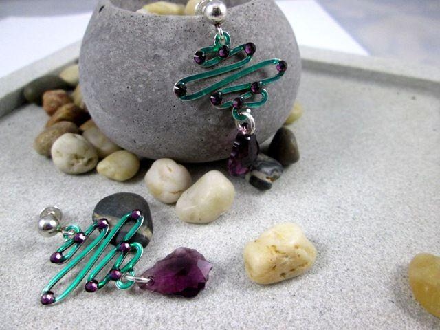 Cercei din argint 925 pictati manual cu email verde. Cristale swarovski baroc 16 mm, culoare mov. Silver hand painted earrings.  #jewelry #silver #cercei #argint #bijuterii #roxoboutique