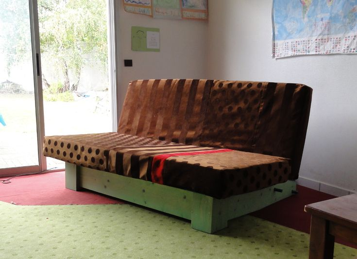 canapé fabriqué avec un vieux matelas et un vieux bois de lit