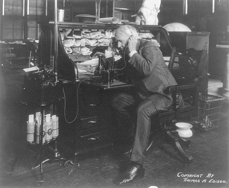 Precursor da revolução tecnológica do século 20, Thomas Alva Edison inventou, além da lâmpada incandescente, aparelhos como o fonógrafo, o microfone e o projetor de cinema e aperfeiçoou o telefone e a máquina de escrever.
